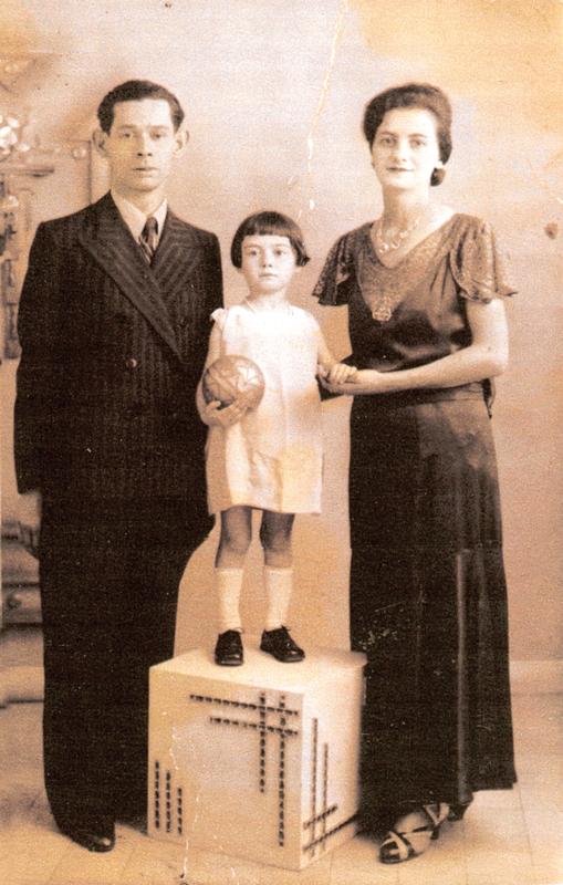 Dora Jedynak et ses parents Mordko et Rachel (1935-1936, sd, sl). Archives familiales