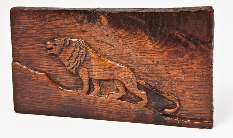 Planchette de bois gravé en relief représentant un lion.  Bois gravé. Dimensions 23 x 16,5 x 1,5 cm. Objet fabriqué par Szmul Jeger dans le camp de Beaune-La-Rolande (entre mai 1941 et juin 1942, sd). Collection familiale – Photo © Géraldine Aresteanu