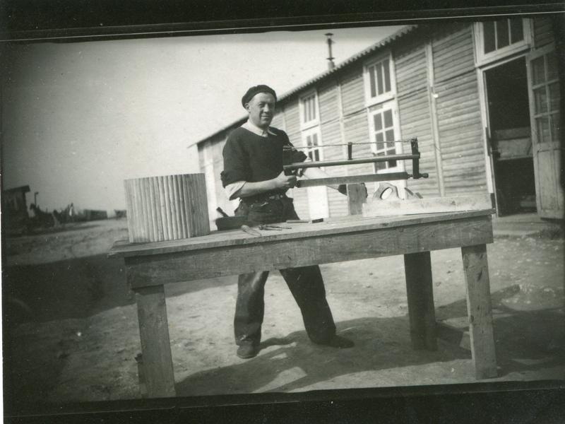 Chaïm Kac au camp de Beaune-la-Rolande (18 mai 1942). Inscription au verso: «Un souvenir pour ma chère petite femme et mes enfants / Ch. Kac / Beaune la Rolande / le 18 mai / 1942». Archives Germaine Kac-Mélikian