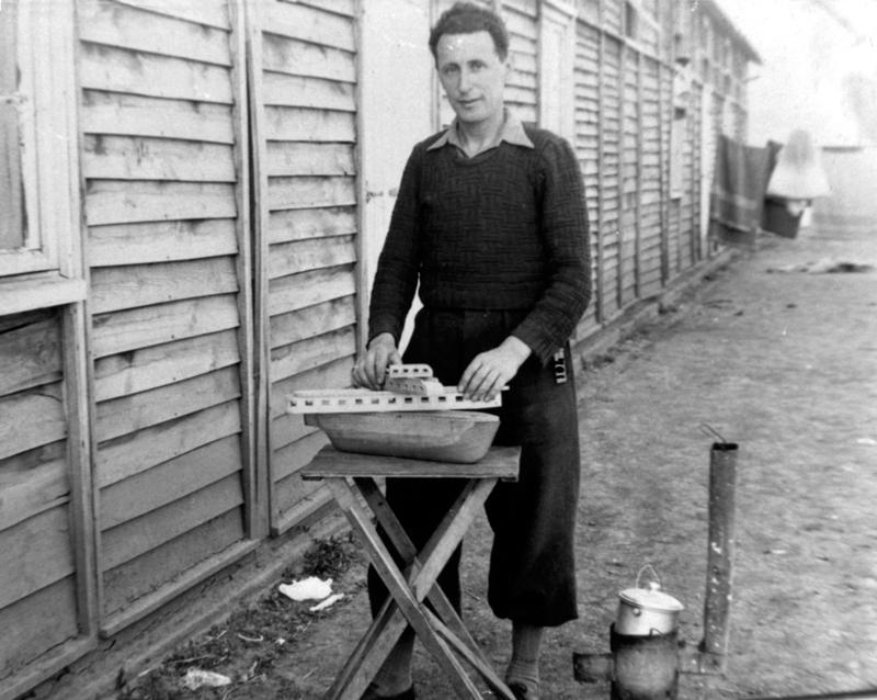 Au camp de Pithiviers. Mosze Kaluski assemblant les différentes pièces d'un bateau en bois (entre mai 1941 et juin 1942, sd). Archives familiales