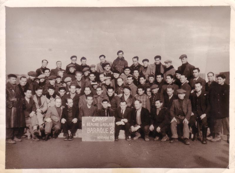 Au camp de Beaune-la-Rolande, des internés de la baraque 2 (novembre 1941). Rubin Kamioner est le 1er assis à droite. Archives familiales