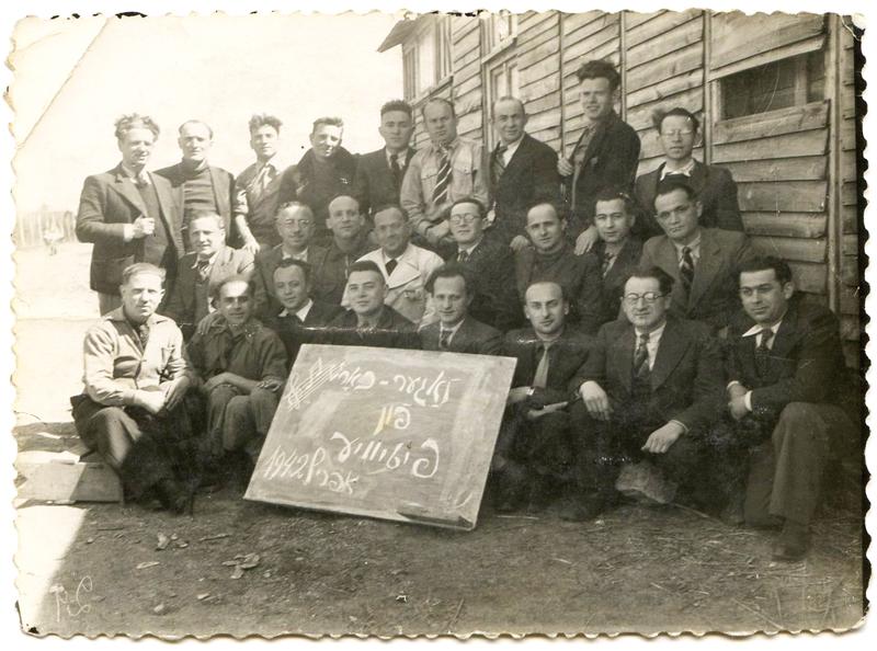 La chorale du camp de Pithiviers, en avril 1942. Au 2e rang, Ojzer Kawka (avec les lunettes) est le 4e en partant de la droite, juste à côté Mendel Zemelman, auteur du chant de Pithiviers, en blanc. Chaïm Goldsztajn est le 1er à gauche, même rangée. Archives familiales