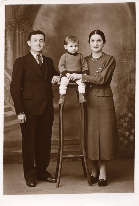 Joseph et Esther Kremenstein posant avec leur premier fils Gérard, née en juillet 1935 à Paris (sd, sl). Archives familiales