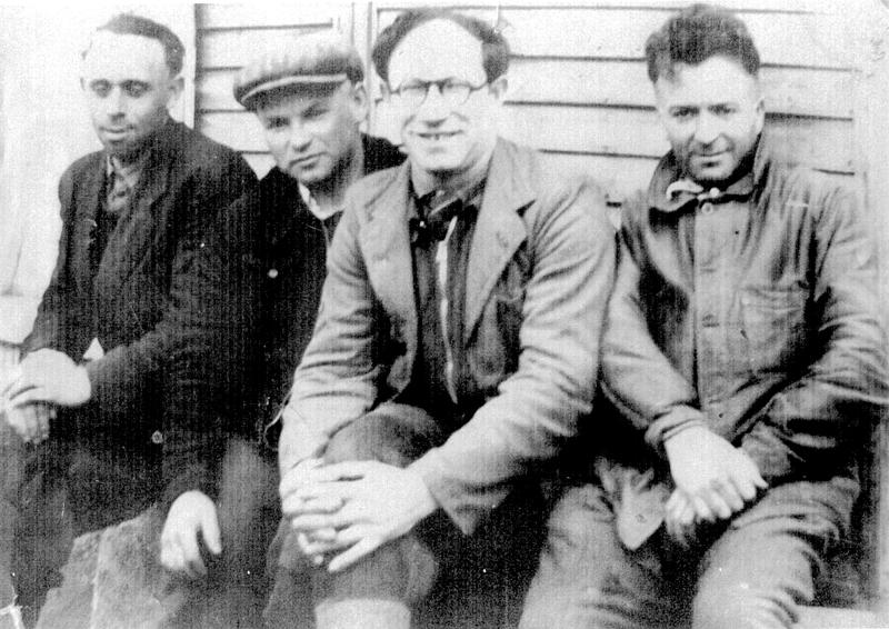 Au camp de Beaune-la-Rolande. Wolf Lajzerowicz est le 2e en partant de la gauche (entre mai 1941 et juin 1942, sd). Archives familiales