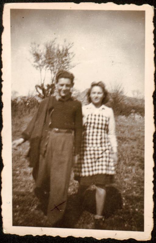 Jacques Mandelbaum, à gauche (26 mars 1944, Villefranche). Inscription au verso: «Le 26.3.44 / A Villefranche/ A Jean-Jacques / Lulu / et / Lucien». Archives familiales