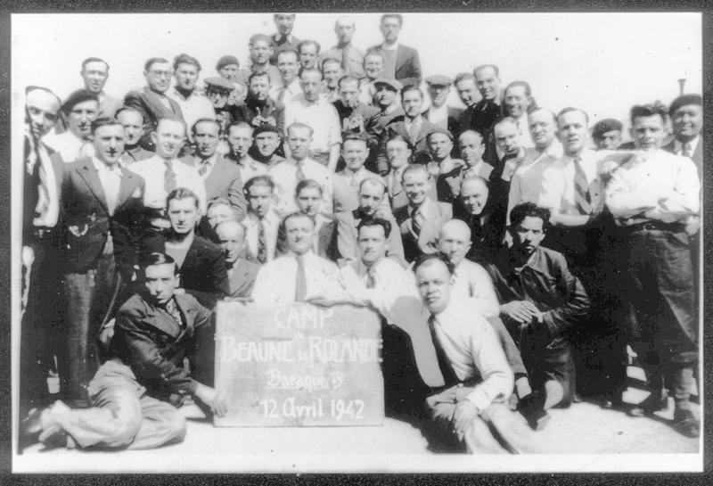 Au camp de Beaune-la-Rolande, des internés de la baraque 19 (12 avril 1942). Pessah Piwnika est assis à gauche de l'ardoise. Archives familiales