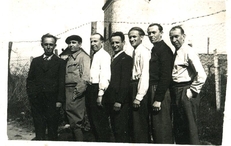 Au camp de Beaune-la-Rolande. Szmul Przyszwa, le 1er à gauche, avec des internés originaires comme lui de Kaluszyn en Pologne (entre mai 1941 et juin 1942, sd). Archives familiales