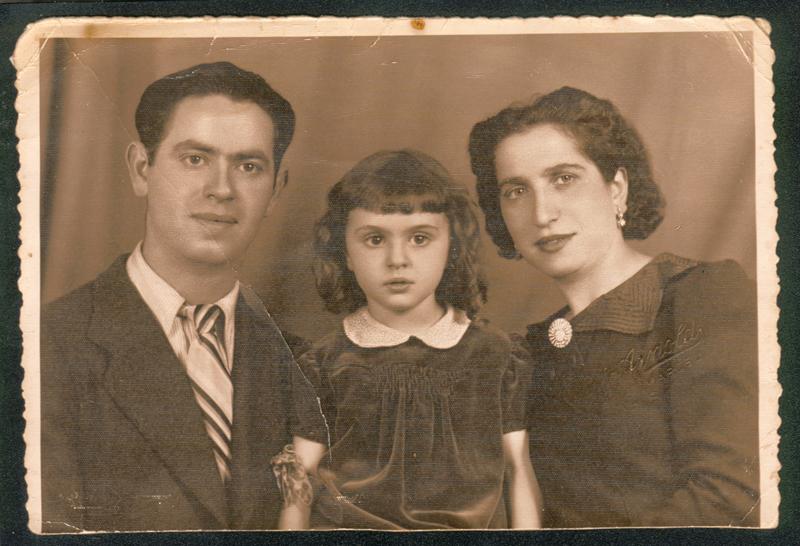 Micheline au milieu de ses parents, Mejer et Bajla Rubinsztejn (1938). Archives familiales