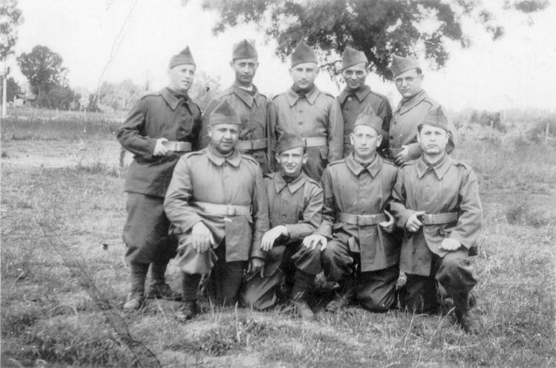 Gimpel Sas (au 1er rang à droite), engagé volontaire, à Septfonds en 1940. Archives familiales