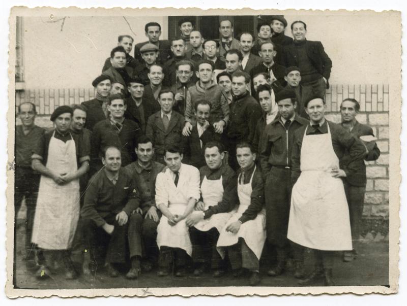 À l'hôpital de Beaune-la-Rolande. Mendel Schlanger est assis au 1er rang, le 2e en partant de la gauche (novembre 1941). Archives familiales