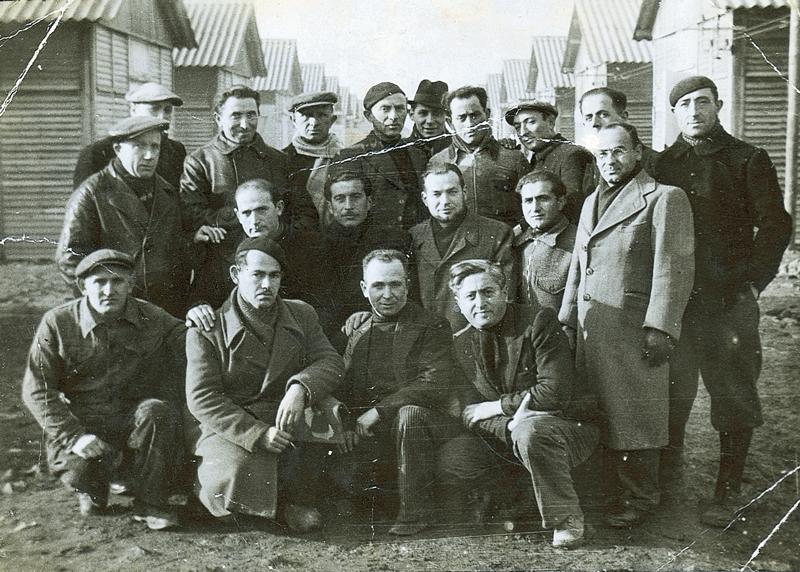 Au camp de Beaune-la-Rolande. Strul Mendel Stal est au dernier rang, le 4e en partant de la gauche. Le 3e en partant de la gauche est Mordka Rotgold. Assis au milieu de 2e rang, Rubin Kamioner (entre mai 1941 et juin 1942, sd). Archives familiales