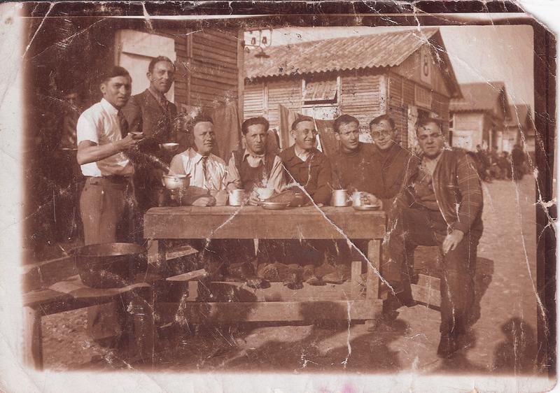Au camp de Beaune-la-Rolande. Chaïm Steinberg est le 3e en partant de la gauche. Abram Psankiewicz est assis en bout de table, à droite (entre mai 1941 et juin 1942, sd). Archives familiales