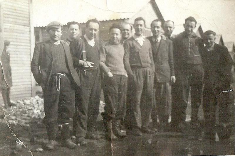 Au camp de Pithiviers. Pinches-Moszek Szabmacher est le 1er à gauche (entre février et juin 1942, sd). Archives familiales