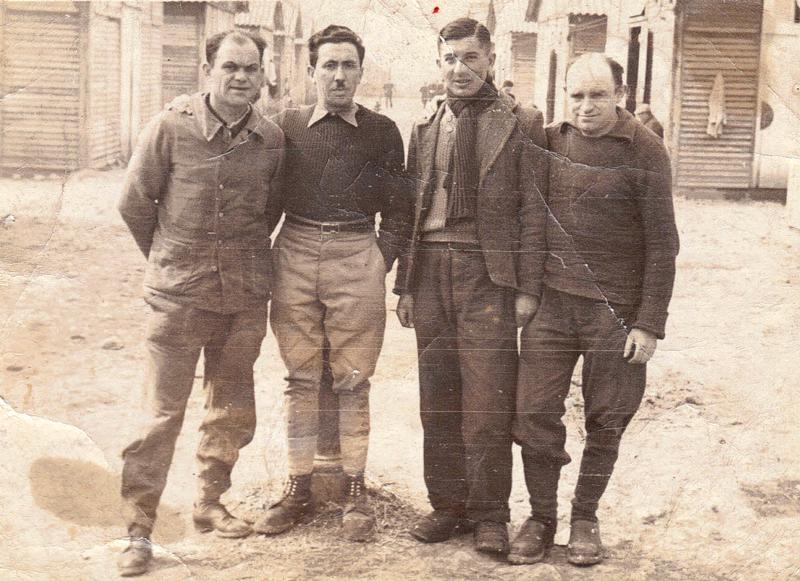 Au camp de Beaune-la-Rolande. Joseph Szajn est le 2e en partant de la gauche (avril 1942, sd). Archives familiales