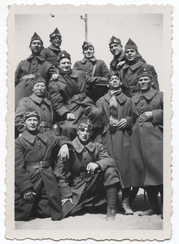 Nuta Szister (agenouillé au 1er rang, au 1er plan), engagé volontaire à Barcarès en 1940.  Archives Jacqueline Bismuth-Szister / TDR Cercil