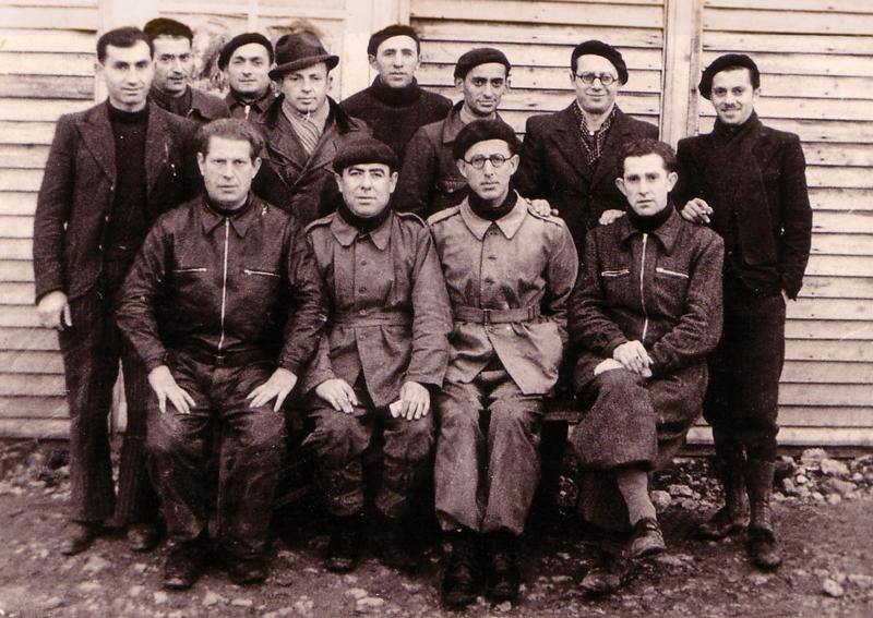 Au camp de Beaune-la-Rolande. Yankel Michalowicz est le 3e debout en partant de la droite; Chil-Yankel Sztal est le 2e debout, à gauche; Moische Sztal est le 1er debout à gauche; Ycek Sztal est assis au 1er rang, 1er à gauche (entre mai 1941 et juin 1942, sd). Archives familiales