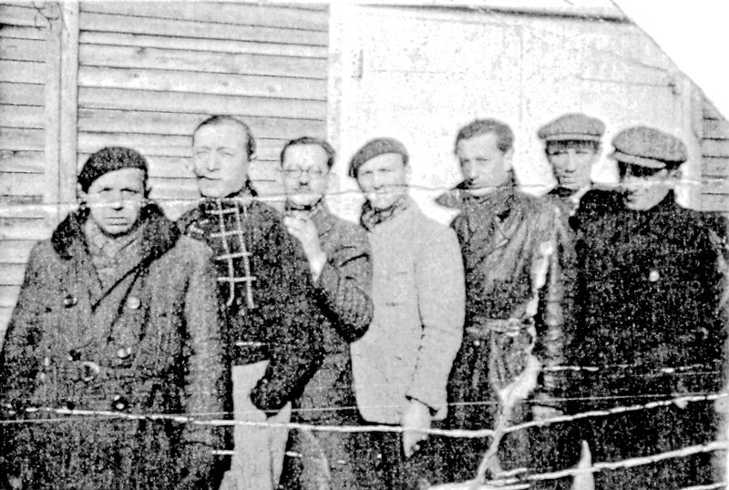 Au camp de Pithiviers. Paul Waitman est le 2e en partant de la gauche (entre septembre 1941 et juin 1942, sd). Archives familiales