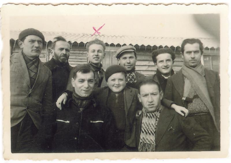 Au camp de Pithiviers, lors de la visite d'un enfant. Symcha-Binem (Bernard) Wajngart est le 3e debout à partir de la gauche (hiver 1941-1942). Archives familiales
