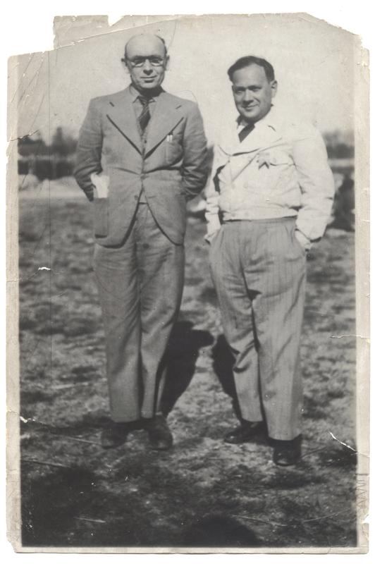 Israël Cendorf et Mendel Zemelman (à droite), respectivement auteur et compositeur du Chant de Pithiviers (entre mai 1941 et juin 1942, sd, camp de Pithiviers). Archives familiales