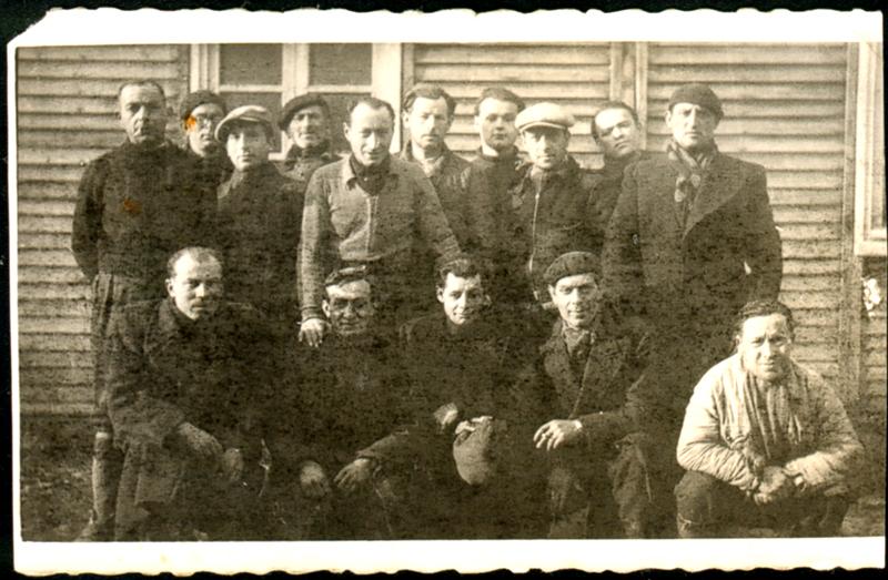 Au camp de Pithiviers. Srul Aronczyk est assis au milieu de la première rangée (entre mai 1941 et juin 1942, sd). Archives familiales