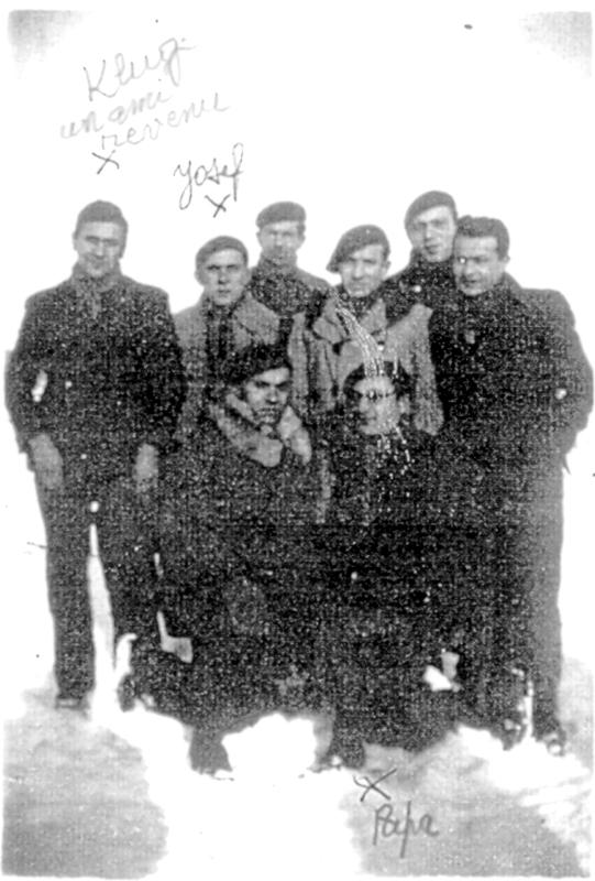 Groupe d'internés du camp de Pithiviers. Luzer Biglaizer est agenouillé à droite, avec une casquette (hiver 1941-1942, sd). Son frère Joseph est le deuxième debout en partant de la gauche. Archives familiales