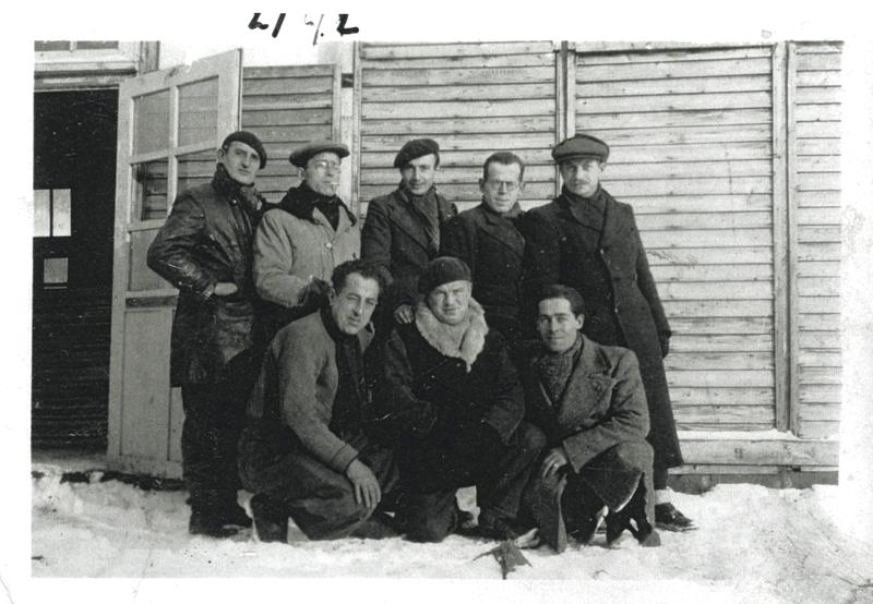 Au camp de Pithiviers. Szmul-Jankel Garbarz est le 1er debout à droite. Son frère Moshe est accroupi au centre (hiver 1941-1942, sd). Archives familiales