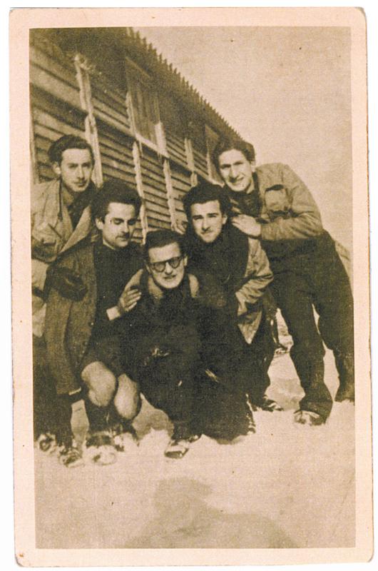 Au camp de Pithiviers en janvier 1942. Jules Geller, 2e en partant de la droite, avec Jacques Winter (à gauche) et Maurice Fajerman (à droite). Archives familiales
