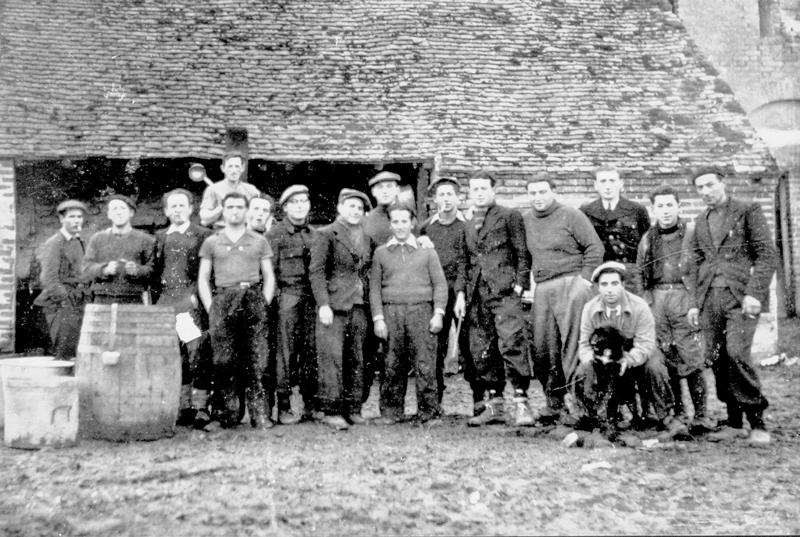 À la ferme du Rosoir. Abraham Gutman est le 3e en partant de la gauche (entre le 25 juillet 1941 et le 13 juillet 1942, sd). Archives familiales