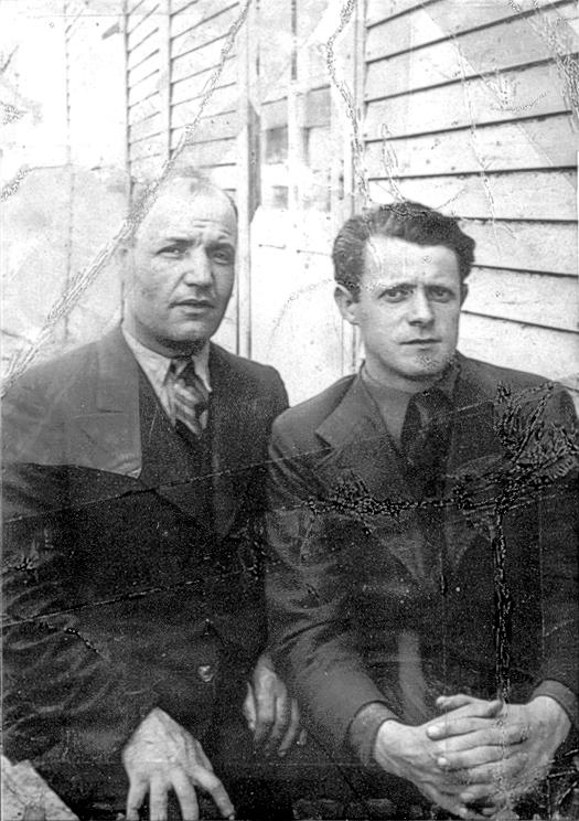 Au camp de Pithiviers. Bernard Honigman est assis à gauche (entre mai 1941 et juin 1942, sd). Archives familiales