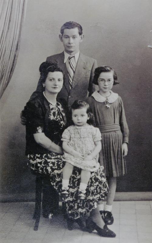 Dora Jedynak, sa petite sœur Jacqueline et leurs parents Mordko et Rachel (1940?, sd, sl). Archives familiales