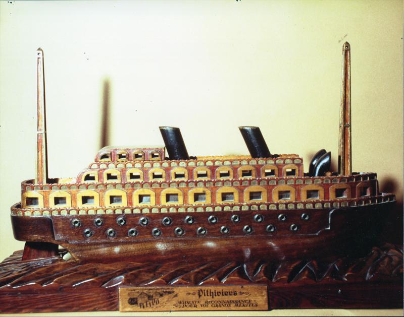 Le bateau fabriqué au camp de Pithiviers par Mosze Kaluski. Inscription sur le socle «Pithiviers / Modeste contribution / Pour vos grands mérites». Collection familiale – photo © Betty Saville (1988)