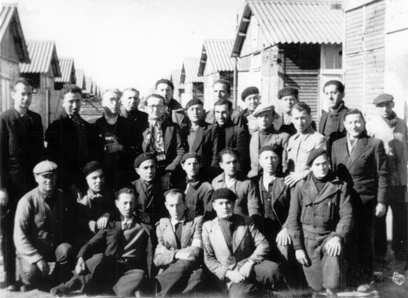 Au camp de Beaune-la-Rolande. Rubin Kamioner est le 1er à gauche, debout (entre mai 1941 et juin 1942, sd). Archives familiales
