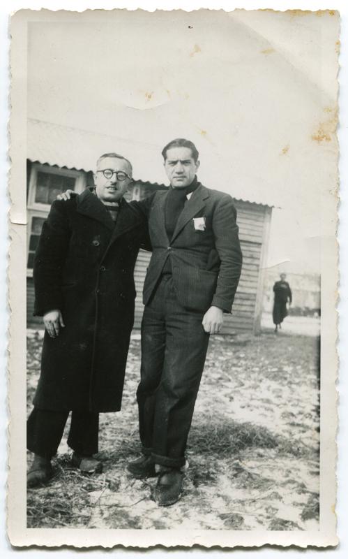 Au camp de Pithiviers. Jacques Krysztal est à droite (hiver 1941-1942, sd). Archives familiales