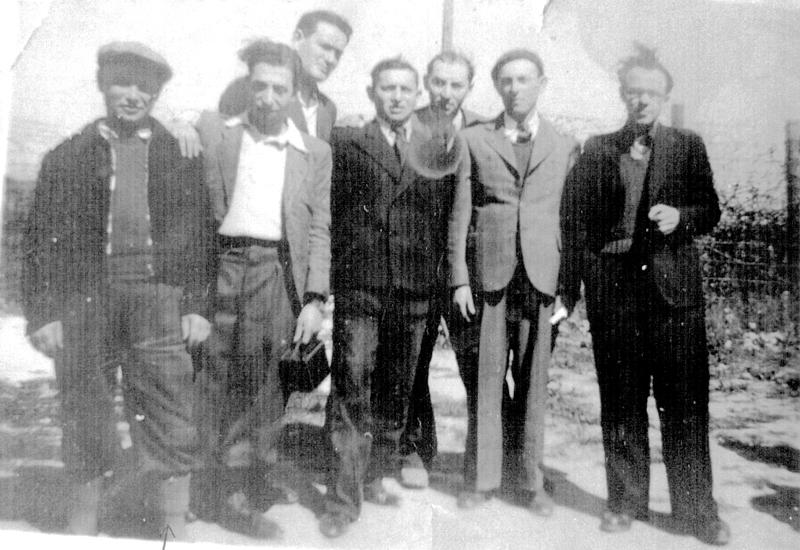 Au camp de Beaune-la-Rolande. Wolf Lajzerowicz est le 1er en partant de la gauche (entre mai 1941 et juin 1942, sd). Archives familiales