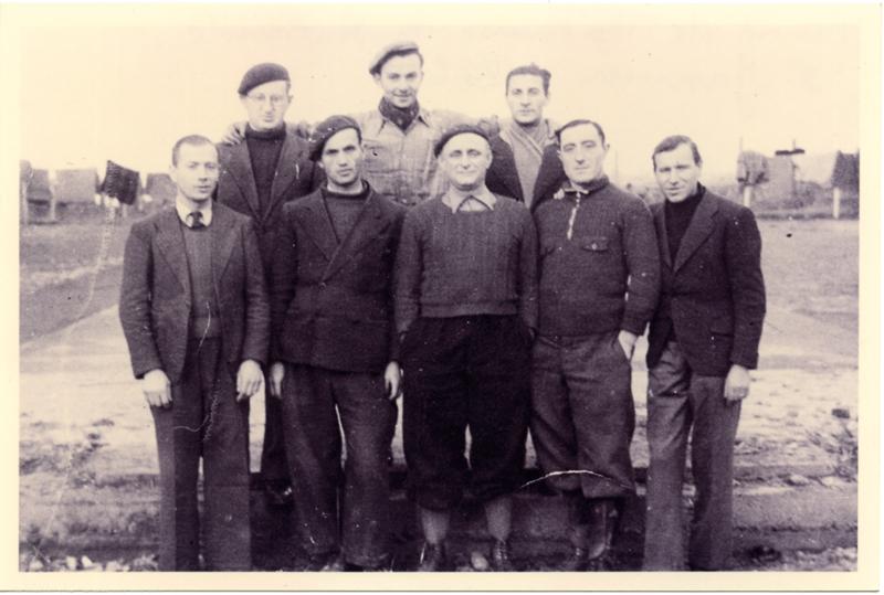 Au camp de Beaune-la-Rolande. Judko Mandelcwajg est au 2e rang, le 1er à droite, avec l'écharpe (entre mai 1941 et juin 1942, sd). Cercil