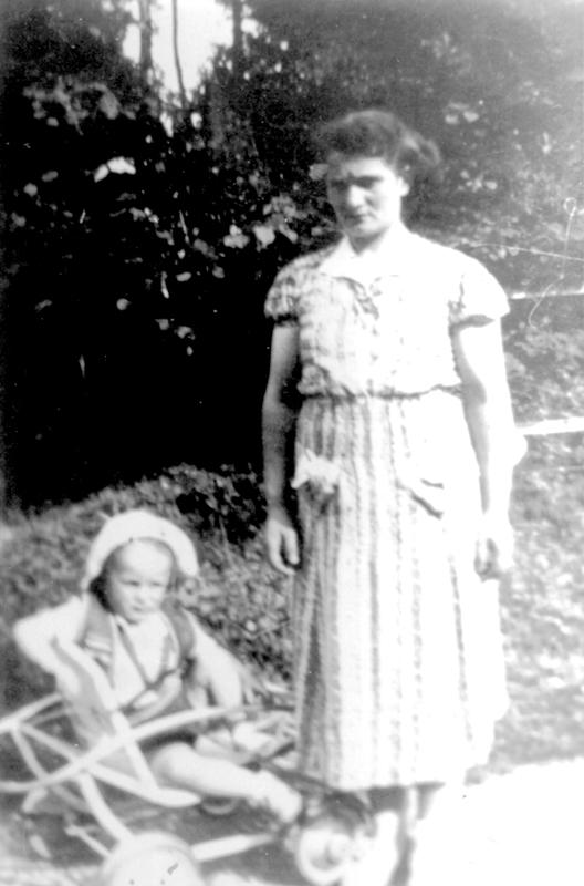 Chaja Ostrowiecki et son fils Henri (printemps ou été 1939, sl). Archives familiales