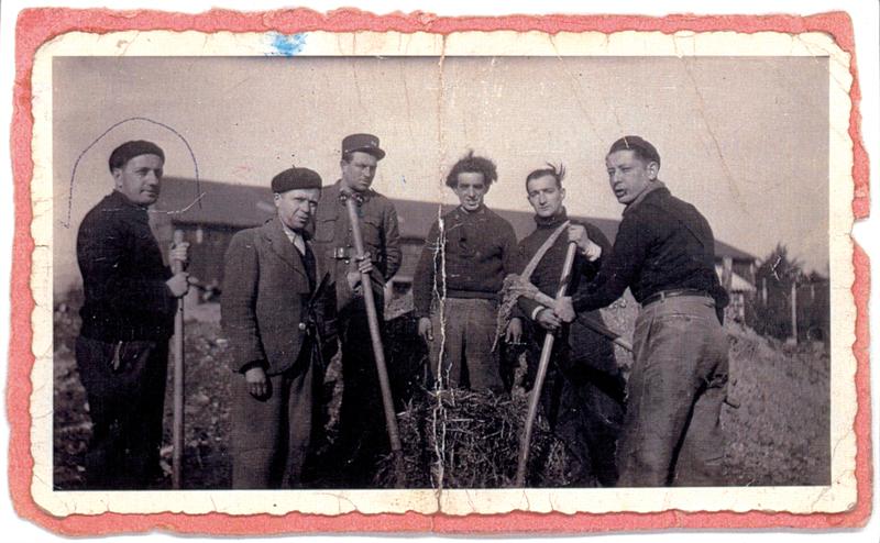 Israël Pesses (entouré) au camp de Pithiviers (entre mai 1941 et juin 1942, sd). Archives familiales