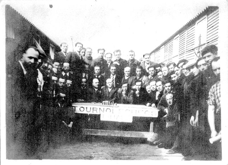 Tournoi d'échecs au camp de Beaune-la-Rolande (entre mai 1941 et juin 1942, sd). Pessah Piwnika est le 3e à droite. Archives familiales
