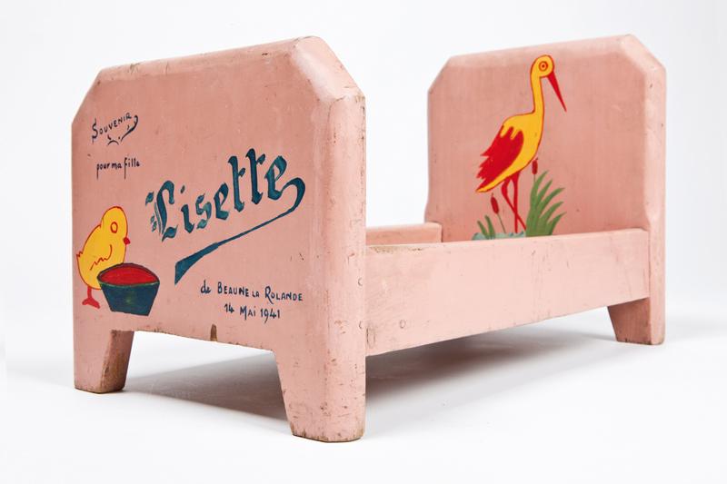 Petit lit en bois fabriqué au camp de Beaune-la-Rolande, offert par Szmul Przyszwa à sa fille Lisette pour ses 9 ans (entre mai 1941 et juin 1942, sd). Dimensions 403 x 251 x 216 mm. Inscription : «Souvenir / pour ma fille / Lisette / de BEAUNE LA ROLANDE / 14 MAI 1941». Collection familiale – Photo © Géraldine Aresteanu