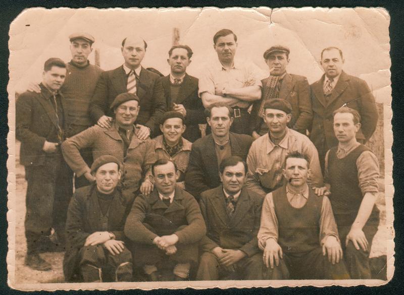 Au camp de Beaune-la-Rolande. Abram Psankiewicz est le 1er à droite, debout. Moszek Psankiewicz est au 2e rang, assis, le 2e à gauche (12 avril 1942). Archives familiales