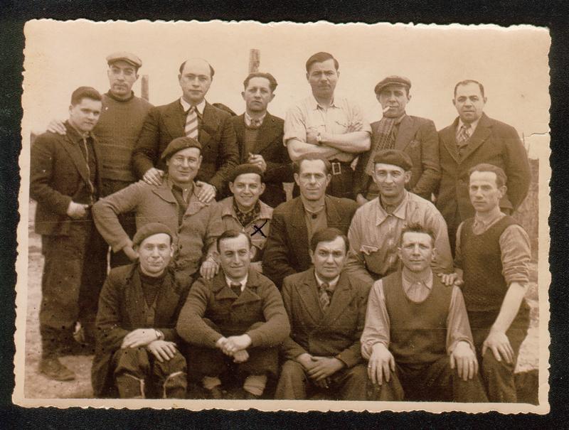 Au camp de Beaune-la-Rolande. Moszek Psankiewicz est au 2e rang, assis, le 2e à gauche. Abram Psankiewicz est le 1er à droite, debout. (12 ou 13 avril 1942). Archives familiales