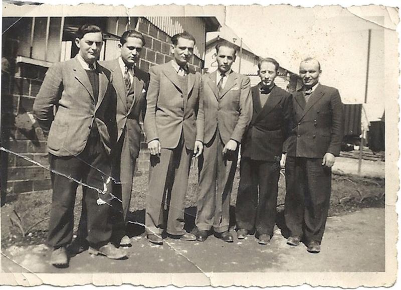 Henoch (Henri) Rausch, le 1er à gauche, au camp de Beaune-la-Rolande (entre mai 1941 et juin 1942, sd). Archives familiales
