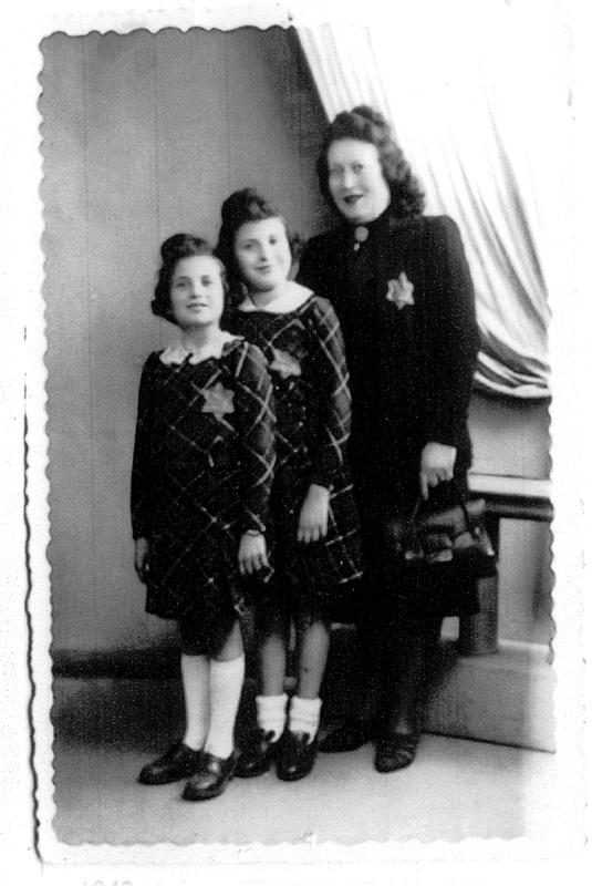 De gauche à droite, Arlette, Madeleine et Malka Reiman posant chez un photographe avec leur étoile jaune (juin 1942). Archives familiales