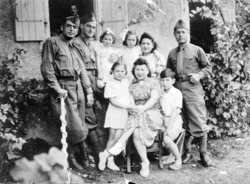Denise, Tyla et Léon Sas sont assis au 1er plan. Gimpel, leur père et mari, est debout juste derrière eux. Le 1er à gauche debout, appuyé sur une canne, est Majerowicz. Archives familiales