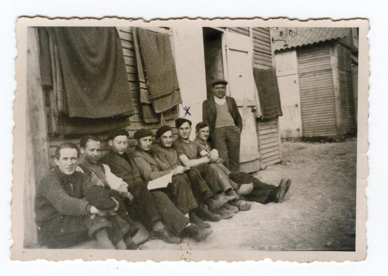 Au camp de Beaune-la-Rolande. Mendel Schlanger, assis devant une baraque, est le 3e en partant de la droite (mai 1942, sd). Archives familiales
