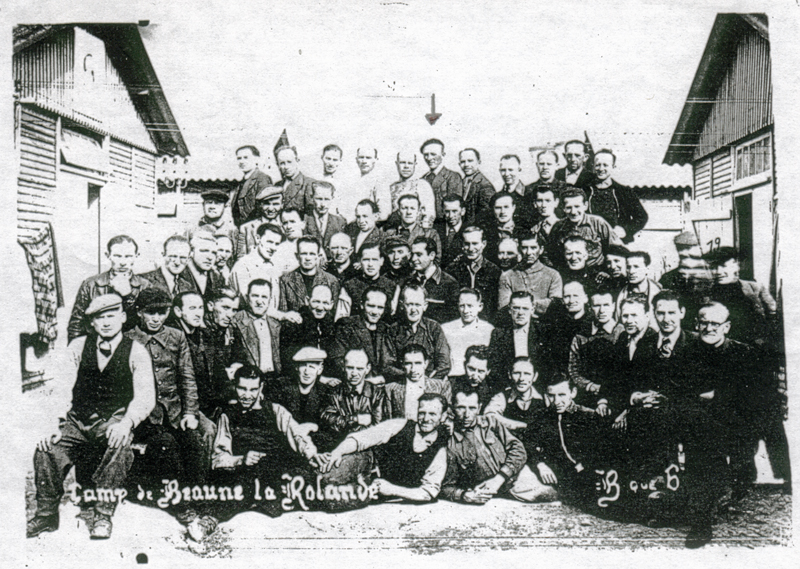 Au camp de Beaune-la-Rolande, des internés de la baraque 6. Strul Mendel Stal est au dernier rang, sous la flèche (entre mai 1941 et juin 1942, sd). Archives familiales