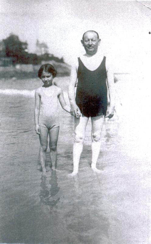 Sylvaine Steinbock (née en 1926) et Élie (Ernest) Steinbock, son père (sd, sl). Archives familiales