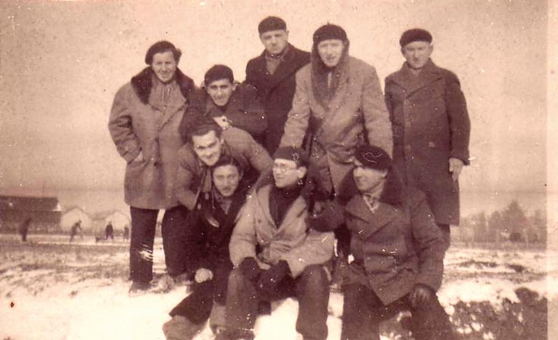 Au camp de Pithiviers. Mosjez Stoczyk est assis dans la neige, le 1er à droite, vêtu d'une canadienne et d'un béret (hiver 1941-1942, sd). Archives familiales