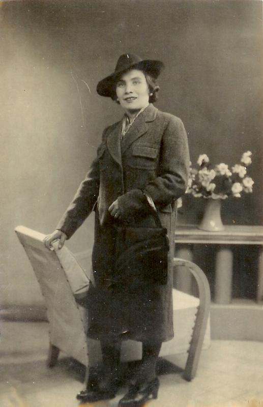 Régina Storch portant un manteau fabriqué par son mari David Storch au camp de Beaune-la-Rolande (1942). Archives familiales