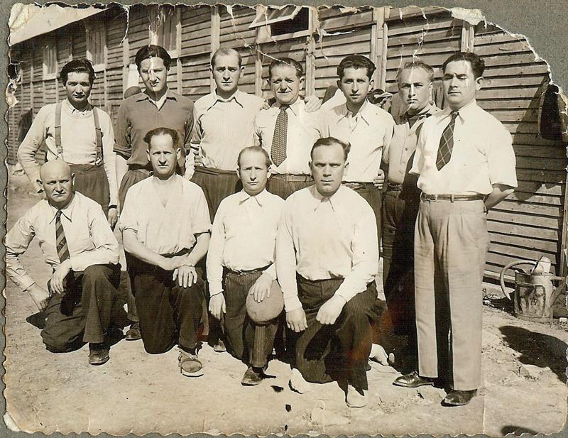 Au camp de Pithiviers. Pinches-Moszek Szabmacher est au 1er rang, le 2e en partant de la droite (entre février et juin 1942, sd). Archives familiales